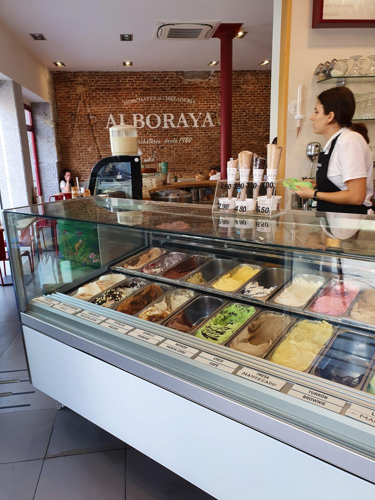 Virna vitrina lujosa de helados en Madrid