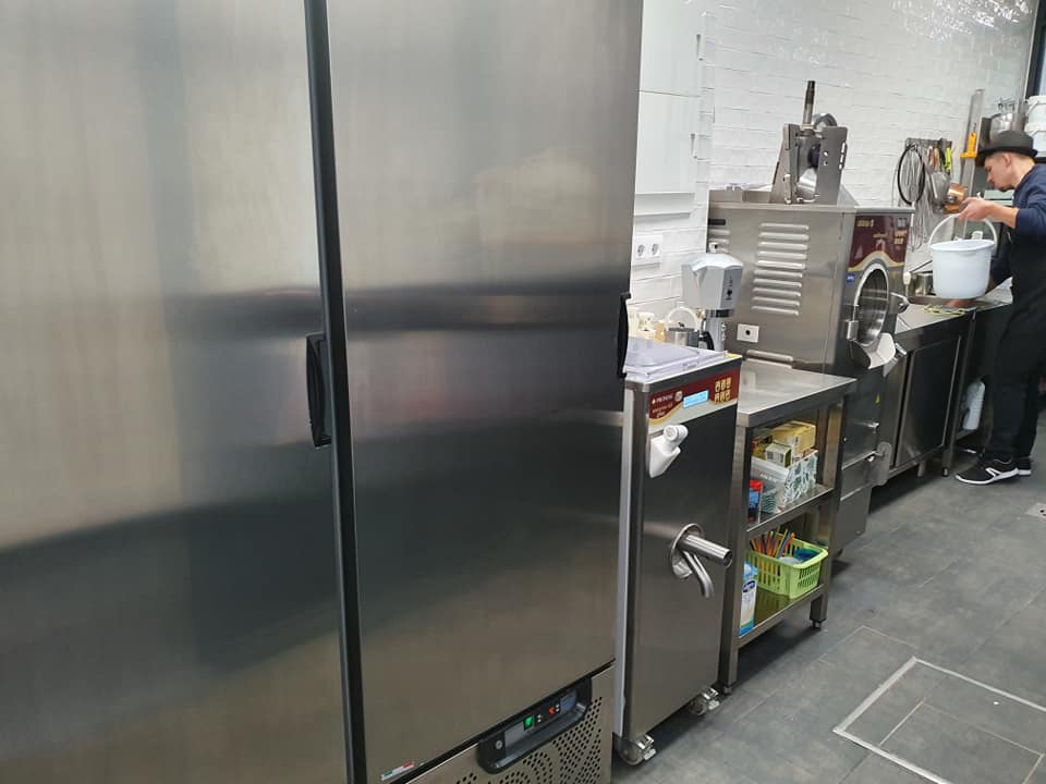 heladeria en cadiz andalucia proyecto gb serveis helados en una furgoneta maquina industrial almacen